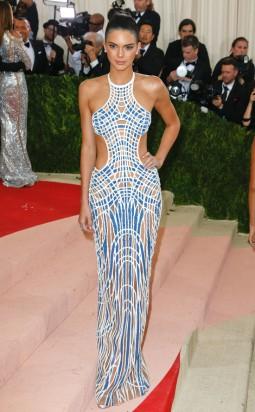 Kendall-Jenner-Kylie-Jenner-Met-Gala-2016-Red-Carpet-Fashion-Balmain-Atelier-Versace-Tom-Lorenzo-Site-1